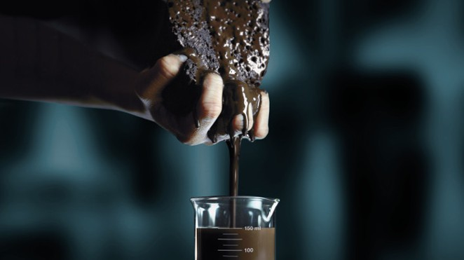 an ad from Senegal which shows a hand squeezing a sponge with brown liquid which is meant to illustrate the way lungs soak up tar from cigarettes